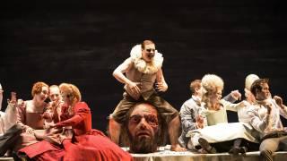 Saul, Glyndebourne Festival 2015. High Priest (Benjamin Hulett), centre, and the Glyndebourne Chorus. Photographer Bill Cooper.