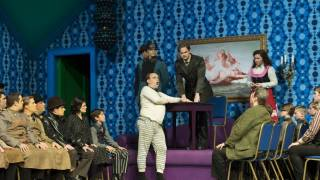 Der Rosenkavalier 2014, Baron Ochs (Lars Woldt) in front of the Police Inspector (Scott Conner).