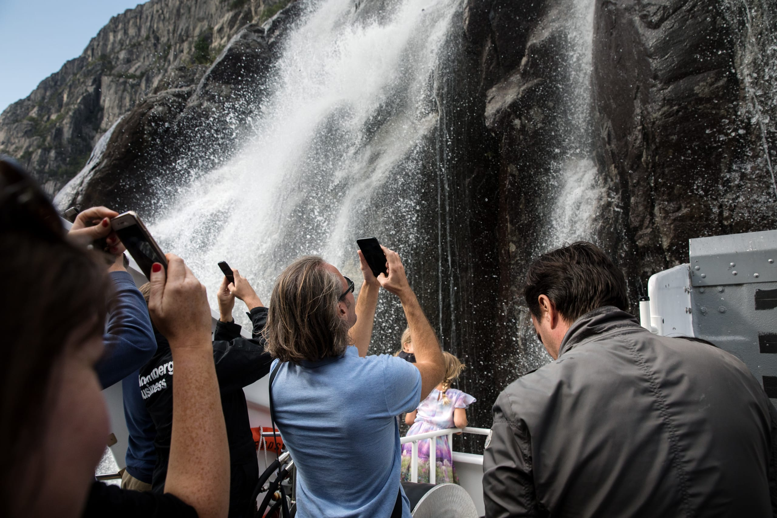 People photographing the Hengjane falls