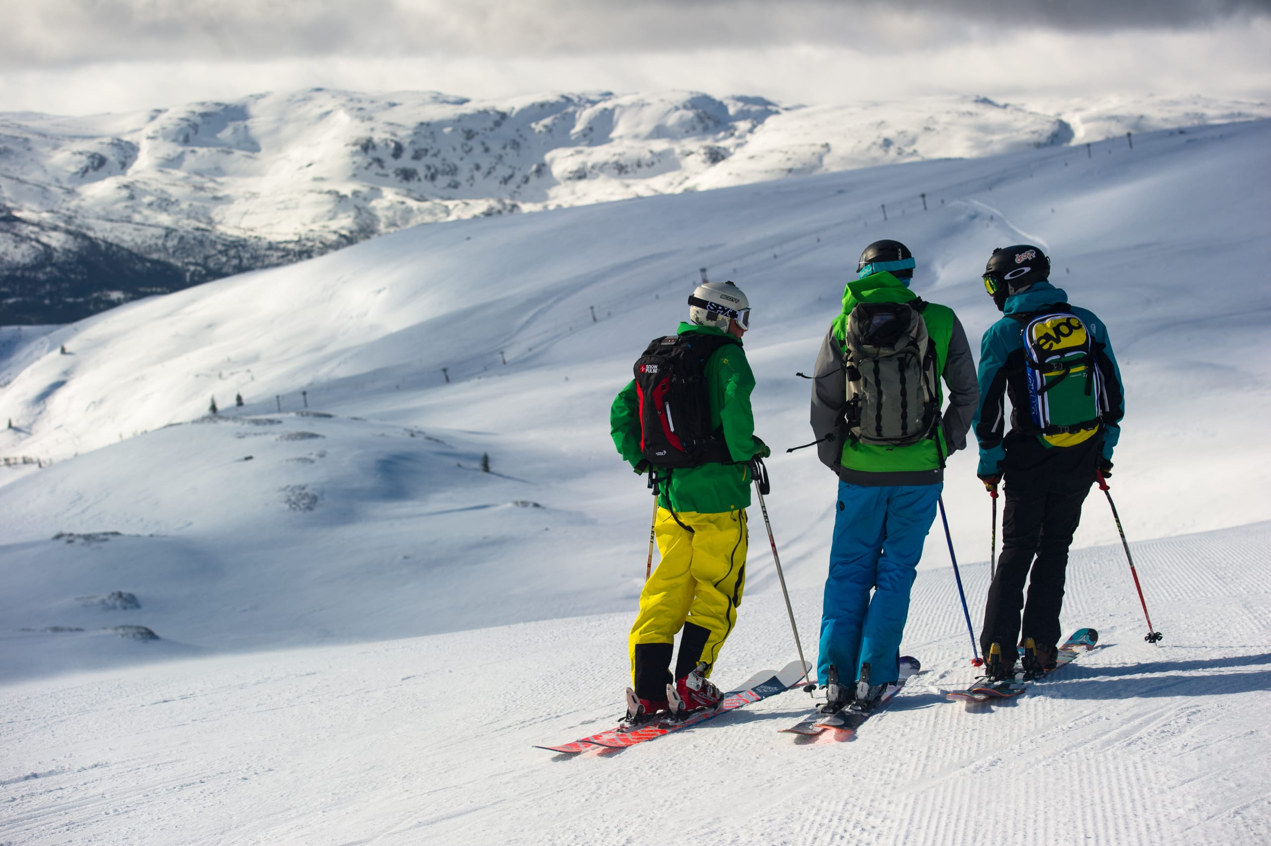 Three friends skiing at Voss