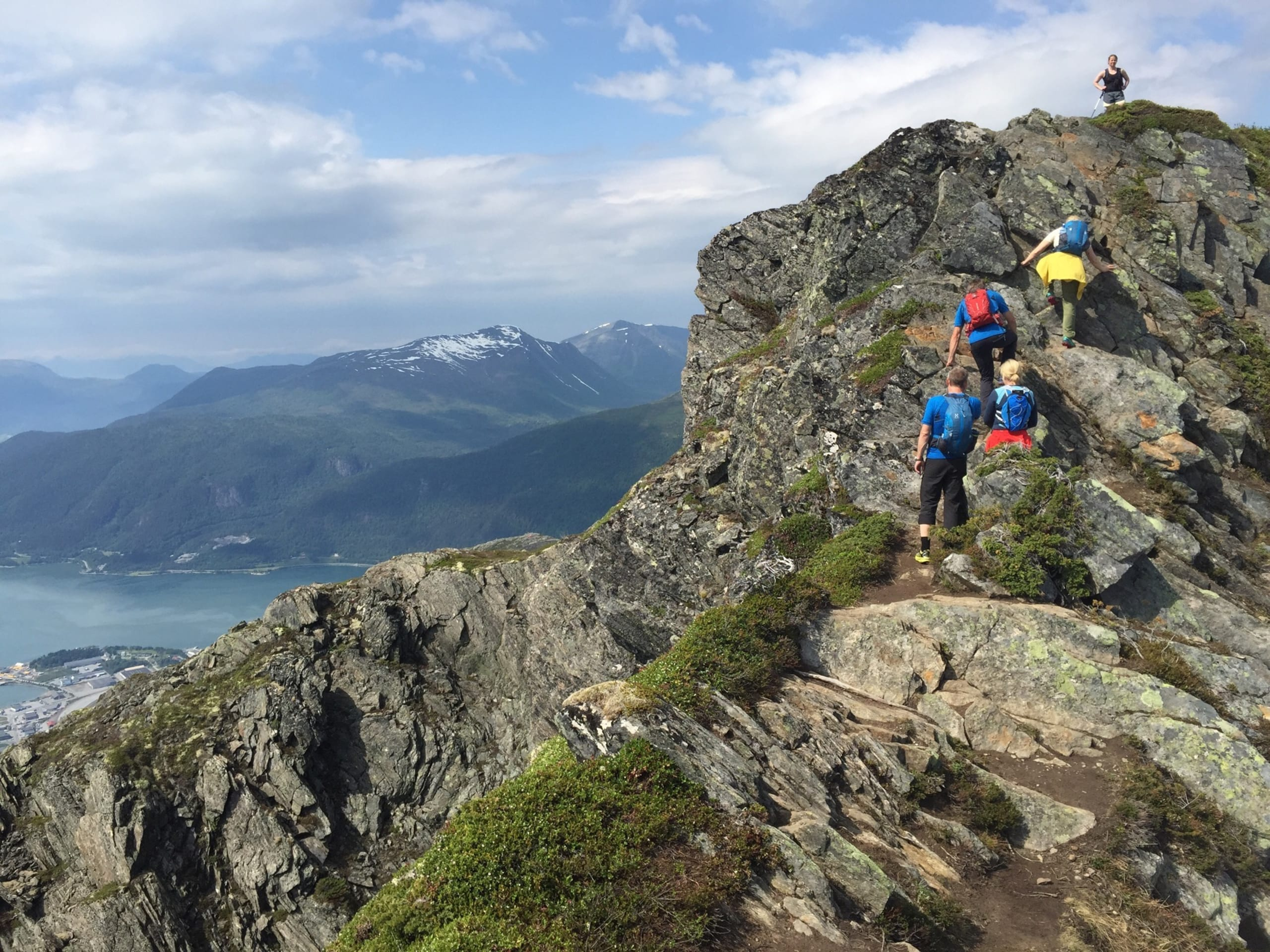 Hikers on top of Romsdalseggen