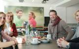 Wie entstehen eigentlich Golfhosen? Golf Post hat Alberto in Mönchengladbach besucht und die Unternehmensleitung persönlich gefragt. (Foto: Alberto, Personen v.l.n.r. Golf Post Marketing- und Vertriebsleiterin Kathrin Ivenz, ehemalige Golf Post Redaktionsleiterin Juliane Bender, Alberto Geschäftsführer Marco Lanowy, Produktmanagerin Alberto Golfwoman Anna Walendy und Produktmanager Golf Herren Philipp Walendy)