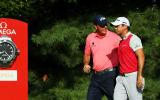 Phil Mickelson holt sich schon am ersten Tag der PGA Championship Ratschläge bei Jason Day. Die beiden waren mit Rory McIlroy unterwegs und lediglich Jason Day wusste zu überzeugen. (Foto: Getty)