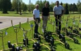 Kiffe Geschäftsführer Thorsten Kück (Mitte) übergibt 15 Verleihtrolleys an die Heads of Golf im Öschberghof, Paul Gremmelspacher (links) und Dominik Maucher (rechts). (Foto: Kiffe)
