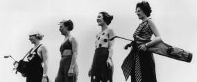 Vier Frauen im Nordwesten Englands beim Golfen in Strandkleidern. (Foto: Getty)