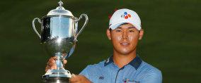 Si Woo Kim hält die Trophäe der Wyndham Championship in der Hand. (Foto: Getty)