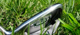 Golfschläger verlassen im Gras