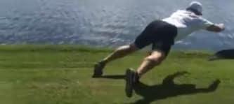 Jeremy Roedick tackelt einen Alligator. Nicht nachmachen. (Foto: Screenshot)
