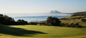 An Spaniens südlicher Mittelmeerküste golft es sich mit Blick auf den Affenfelsen von Gibraltar.