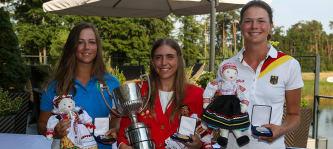 Vize-Europameisterin Esther Henseleit (rechts im Bild) mit der neuen Europameisterin Celia Barquin und der Bronzemedaillengewinnerin Angelica Moresco (Foto: EGA-golf.ch)
