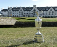 claret-jug-vor-clubhaus-carnoustie-golf-links