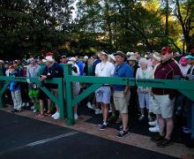 Die Zuschauer konnten es am Montag kaum mehr erwarten und wollten den heiligen Rasen in Augusta schnellstmöglich betreten. (Foto: Getty)