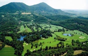 In unmittelbarer Nähe befinden sich zahlreiche Golfclubs. Im Deal enthalten sind 2 x 18 Loch Greenfees buchbar auf den Plätzen Golfclub Frassanelle, Golfclub della Montecchia oder Golfclub Terme di Galzignano. (Foto: Musement)