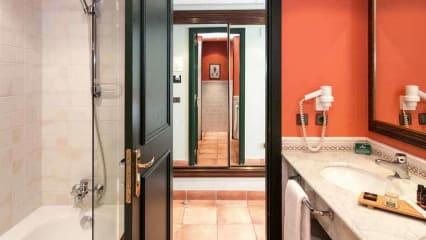 Das Badezimmer zeichnet sich durch modernes Design aus. (Foto: Golf Holiday Italy)