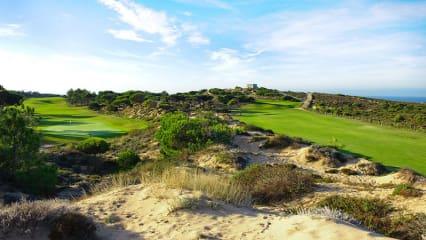 Der renommierte Golf Club Oitavos Dunes wird passend zu seinem Namen durch die Dünenlandschaft ausgezeichnet.