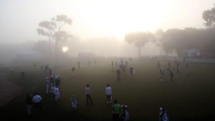 Viele Golfer auf einem Platz in einem Golfclub