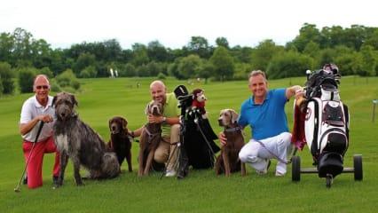 Arnold Vogel mit Hündin Mücke (Irischer Wolfshund, der grösste Hund im Turnier), Thomas Stoffel und Karl-Heinz Pütz.