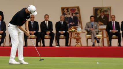 Kein Grund nervös zu werden: Unter den Augen des Prinzen und seiner Gefolgschaft wird geputtet. (Foto: Getty Images)