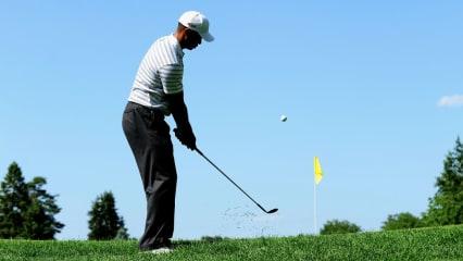 Tiger Woods chippt