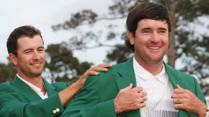 Im Vorjahr war es noch anders herum, 2014 darf sich Bubba Watson das Grüne Jackett wieder anziehen lassen. (Foto: Getty)