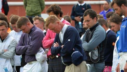 Die Spieler während einer Schweigeminute für den verstorbenen Caddie Ian McGregor.