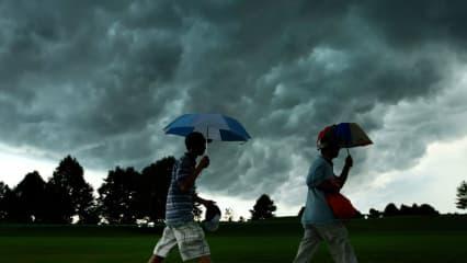 Wer beim Golf von einem Gewitter überrascht wird und es nicht mehr ins Clubhaus schafft, sollte sich schnell in tiefer liegende Bereiche des Golfplatzes retten (z.B. Bunker). (Foto: Getty)