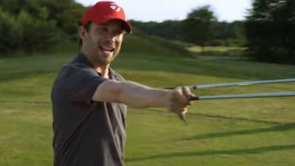 Astor (Christian Ulmen) macht ernst und bittet zum Kampf - mit dem Eisen. (Foto: Screenshot)