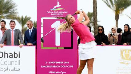 Die Belgierin Caroline Mertens beim symbolischen Tee Off auf der Anlage des Saadiyat Beach Golf Club. Im November kämpft die Proette auf der Ladies European Tour erstmals in Abu Dhabi um einen Titel.