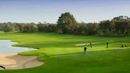 Golfen auf Gut Apeldör: Der 18-Loch-Platz verfügt über 90.000 qm Wasserhindernisse und 96 Bunker. (Foto: Gut Apeldör)