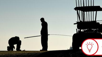 Greenkeeper bei der morgendlichen Arbeit. (Foto: Getty)