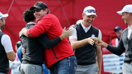 Ein glücklicher Fan: David Johnson gelingt ein historischer Putt. Dafür bekommt er sogar eine Umarmung von Rory McIlroy beim Ryder Cup 2016 (Foto: Getty)