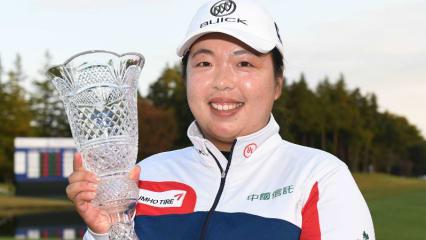 Stolze Siegerin: Shanshan Feng kann sich erneut über eine Trophäe freuen, diesmal bei der Toto Japan Classic. (Foto: Getty)