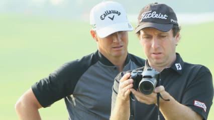 Auch Alex Noren und sein Coach analysieren gemeinsam die Ergebnisse der Trainingsarbeit. (Foto: Getty)