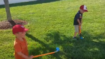 Die beiden Jungen ahmen Jordan Spieth bei seinem Travelers-Championship-Sieg nach. (Screenshot: Twitter/@colemangreg)