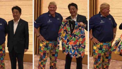 John Daly mit dem japanischen Premierminister bei der Eröffnungsfeier der Champions Tour in Japan. (Foto: Twitter/@PGA_JohnDaly)