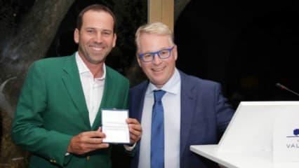 Sergio Garcia kriegt eine lebenslange Mitgliedschaft von Keith Pelley, dem CEO der European Tour, übergeben. (Foto: Twitter @EuropeanTour)