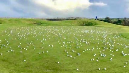 Die Aktion der Greenkeper des Galway Bay Golf Resorts macht deutlich, wie viele Pitchmarken nicht richitg oder gar nicht ausgebessert werden. (Foto: twitter/GaryByrne_)