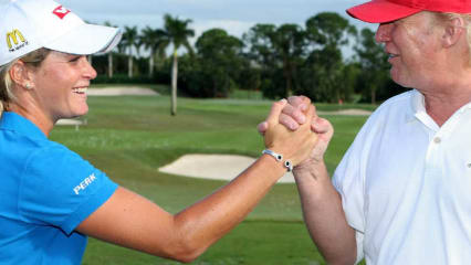 Suzann Pettersen reicht Donald Trump die Hand. (Foto: Getty)