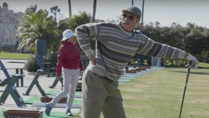 Zweifacher World-Long-Drive-Sieger Jamie Sadlowski in der Verkleidung eines 80-Jährigen. (Foto: Screenshot YouTube.com)