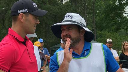 Martin Kaymer berät sich mit seinem Caddie Craig Connelly bei der Wells Fargo Championship der PGA Tour. (Foto: Joachim Lange)