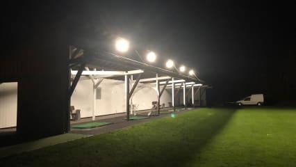 Der Zimmerner Golfclub erstrahlt in neuem Licht. Bis in die späten Abendstunden kann man jetzt auf der Driving Range abschlagen. (Bildquelle: Zimmerner GC)