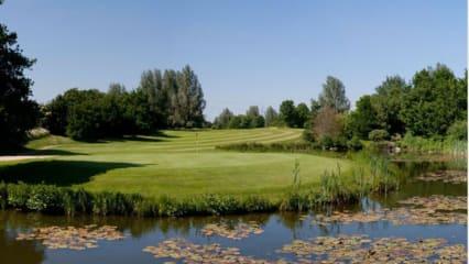 Puttmuffel aufgepasst! Die Golfanlage Duvenhof stellt das neue Puttingtool vor und gibt weitere Instruktionen. (Bildquelle: Golfclub Duvenhof)