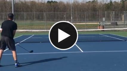 Mit dem Golfschläger auf den Tennisplatz in diesem verrückten Golfvideo. (Screenshot: Instagram.com/@holein1trickshots)