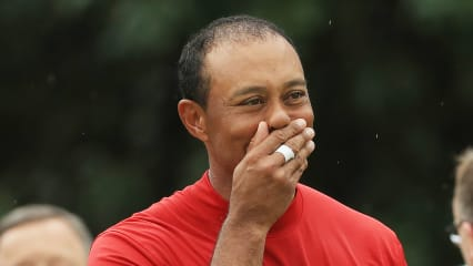 Tiger Woods berührt nach seinem Sieg beim US Masters 2019. (Foto: Getty)