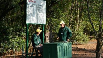 Überall auf dem Augusta National gibt es während der Masters-Woche Volunteers, die den Patrons mit Rat und Tat zur Seite stehen. (Foto: Getty)