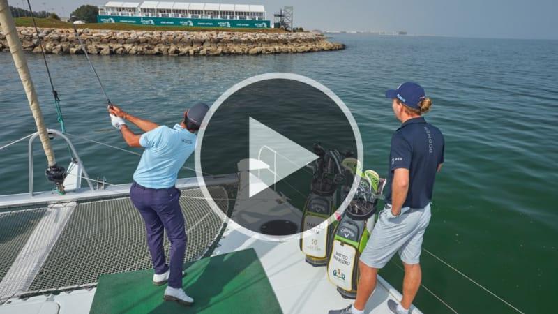 Marcel Siem schlägt Bälle vom Katamaran für Video in Oman