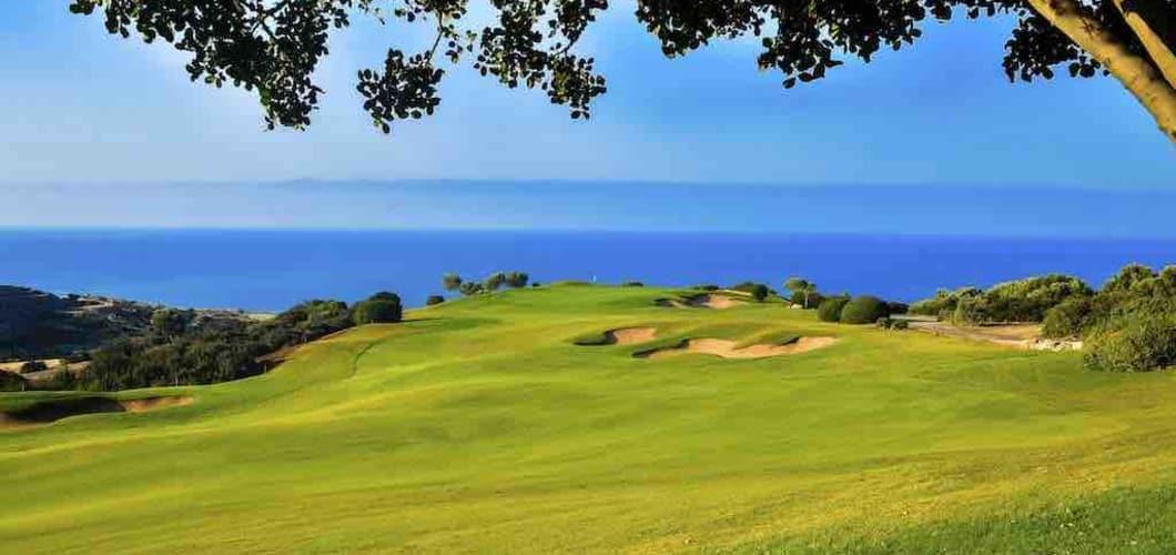 Im unmittelbaren Umfeld des Hotels finden Sie zwei Golfplätze. (Foto: Aphrodite Hills Hotel)