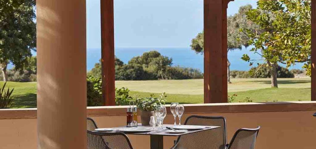Von der Terasse hat man einen Blick auf den Golfplatz und das Meer. (Foto: Aphrodite Hills Hotel)