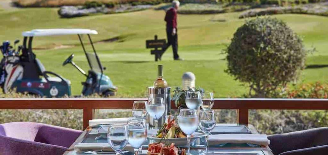Auch die Terrasse vom Clubhaus beeindruckt mit schöner Aussicht. (Foto: Aphrodite Hills Hotel)