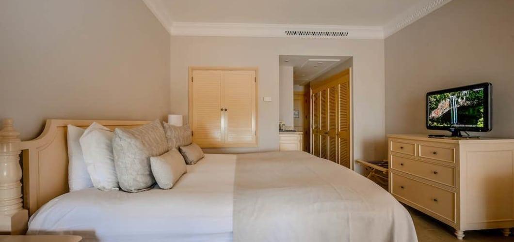Die Zimmer sind hell und modern gestaltet. (Foto: Aphrodite Hills Hotel)